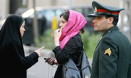Iranian woman being warned about her inappropriate clothing Photo: Farshad Ebrahimi | Foter | cc-by-saImage: