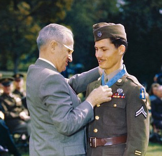 Desmond Doss being awarded the Medal of Honor in 1945. Source: Bettman Archives